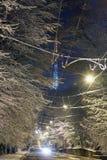 La calle de Lviv del invierno de la noche y la TV se elevan, Ucrania Imagen de archivo libre de regalías