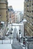 La calle de Montmartre cubrió con nieve Fotografía de archivo