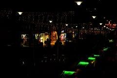 La calle de la noche en la ciudad se adorna con una guirnalda luminosa y una fuente con la iluminación Decoración de la ciudad de foto de archivo libre de regalías