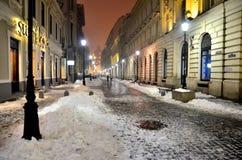 La calle de una Bucarest por noche Imagen de archivo