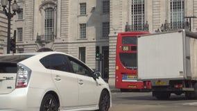 La calle del centro de la ciudad de Londres con los coches trafica los autobuses rojos y Transportatio público almacen de metraje de vídeo