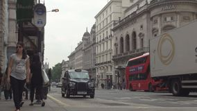 La calle del centro de la ciudad de la ciudad de Londres con los coches trafica los autobuses y el taxi rojos almacen de metraje de vídeo