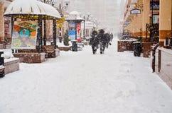 La calle del invierno de la nieve en la nieve benches en la nieve Imágenes de archivo libres de regalías
