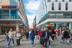 La calle Drottningatan de las compras durante día Fotografía de archivo libre de regalías