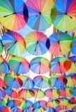 la calle en Bucarest cubrió con muchas sombras coloridas imagen de archivo libre de regalías