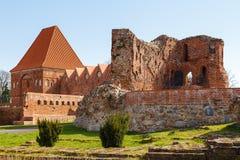 La calle en ciudad vieja con la torre de caballeros teutónicos se escuda, Torun, Polonia fotos de archivo libres de regalías