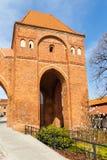 La calle en ciudad vieja con la torre de caballeros teutónicos se escuda, Torun, Polonia imagen de archivo libre de regalías