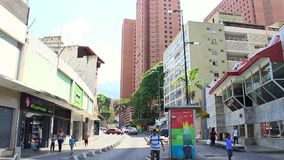 La calle en el grande bulevar de Sabana en Caracas con el grande pavimento del bulevar de Sabana cubri? cuadrado almacen de video