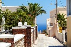 La calle en la isla griega Santorini Foto de archivo libre de regalías