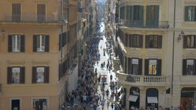La calle en Roma apretó con los turistas, Italia almacen de video