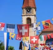 La calle en Wallisellen adornó con las banderas para el Nationa suizo Fotografía de archivo libre de regalías