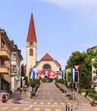 La calle en Wallisellen adornó con las banderas para el Nationa suizo Fotografía de archivo