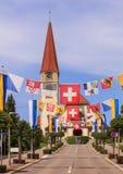 La calle en Wallisellen adornó con las banderas para el Nationa suizo Foto de archivo libre de regalías