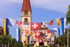 La calle en Wallisellen adornó con las banderas para el Nationa suizo Imagen de archivo
