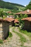 La calle estrecha de la bobina en el pueblo balcánico Fotos de archivo libres de regalías