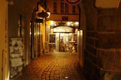 La calle estrecha lleva a la vieja plaza en Praga, República Checa imagenes de archivo
