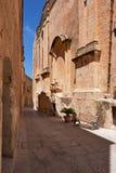 La calle estrecha y las casas residenciales de Mdina, el viejo capit imagenes de archivo