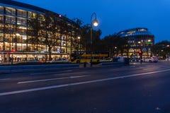 La calle Kurfuerstendamm de las compras sobre la iluminación de la noche Foto de archivo