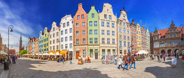 La calle larga del carril en la ciudad vieja de Gdansk Imágenes de archivo libres de regalías