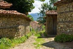 La calle más estrecha en el pueblo de Balcan Imágenes de archivo libres de regalías