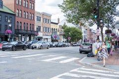 La calle muy transitada en Georgetown llenó de las tiendas, de los restaurantes, de los cafés, de los compradores, de los coches, imagenes de archivo