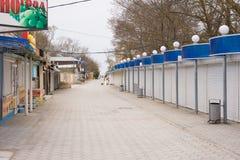 La calle principal con un paso al mar en el offseason, en el pueblo de Sukko, un suburbio de A Fotografía de archivo
