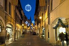 La calle principal de la ciudad de Pordenone iluminada para la Navidad Italia Fotografía de archivo libre de regalías