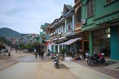 La calle principal en el pueblo colorido de Dong Van Foto de archivo libre de regalías