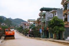 La calle principal en el pueblo colorido de Dong Van Imagenes de archivo