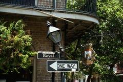 La calle real firma adentro New Orleans Fotos de archivo
