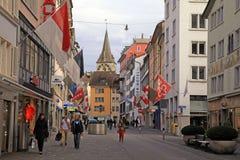 La calle vieja en Zurich adornó con las banderas Imágenes de archivo libres de regalías