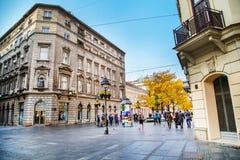La calle vieja Skadarlija en Belgrado, Serbia, gente, árboles amarillos del otoño Fotografía de archivo libre de regalías