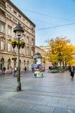 La calle vieja Skadarlija en Belgrado, Serbia, gente, árboles amarillos del otoño Imagen de archivo
