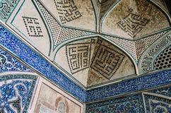 La calligraphie arabe de Quranic witten en manuscrit de Thuluth sur les tuiles polychromes, sur le coin d'Imam Mosque Image libre de droits
