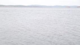 La calma, lago claro, paisaje minimalistic almacen de metraje de vídeo