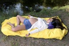 La calma relaja música de la mujer embarazada fotografía de archivo libre de regalías