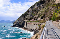 La calzada a lo largo de la costa costa, vía del Amore en el parque nacional Cinque Terre foto de archivo libre de regalías
