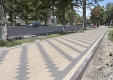 La calzada peatonal de la ciudad se pavimenta con una nueva losa Imagenes de archivo