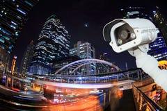 La caméra de sécurité détecte le mouvement de la circulation Toit de gratte-ciel images stock