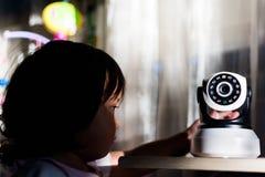 La caméra de sécurité de télévision en circuit fermé fonctionnant dans la maison Photos stock
