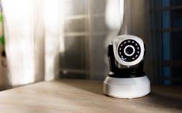 La caméra de sécurité de télévision en circuit fermé fonctionnant dans la maison photo libre de droits