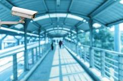 La caméra de sécurité de télévision en circuit fermé sur le moniteur le résumé a brouillé la photo des personnes avec le skywalke Images libres de droits
