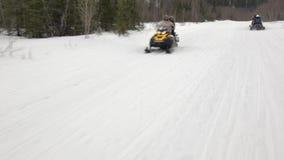 La caméra disparaît les scooters expédiants passé de neige avec des profeccionals banque de vidéos