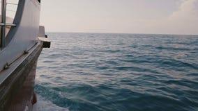 La caméra est du côté droit de la navigation de bateau de yacht de croisière en mer bleue profonde avec stupéfier les vagues blan banque de vidéos