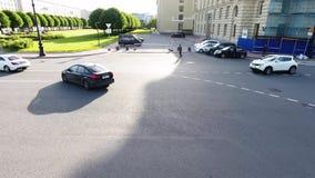 La caméra montre les routes, les voitures, les bâtiments, les dessus de toit, les places et les rues larges banque de vidéos