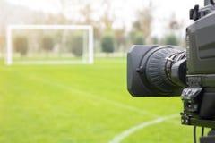 La caméra vidéo a mis au dos du but du football pour l'émission sur le canal de sport de TV le programme du football ne peut pas  image libre de droits