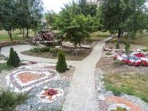 La cama de flor se adorna con las figuras de las piedras de diversos colores Patio del hospital Imagenes de archivo