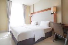 La cama matrimonial en dormitorios se adorna en estilo moderno imágenes de archivo libres de regalías