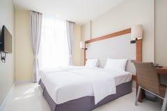 La cama matrimonial en dormitorios se adorna en estilo moderno fotografía de archivo libre de regalías