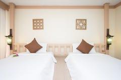 La cama matrimonial en dormitorios se adorna en estilo moderno fotos de archivo